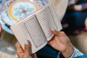 Personne lisant un livre rédigé en arabe