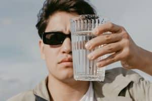 Homme avec un verre d'eau