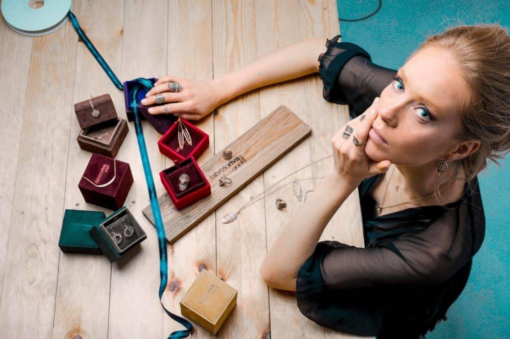 Femme bijoutière créatrice