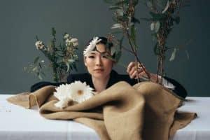 Femme fleurs table