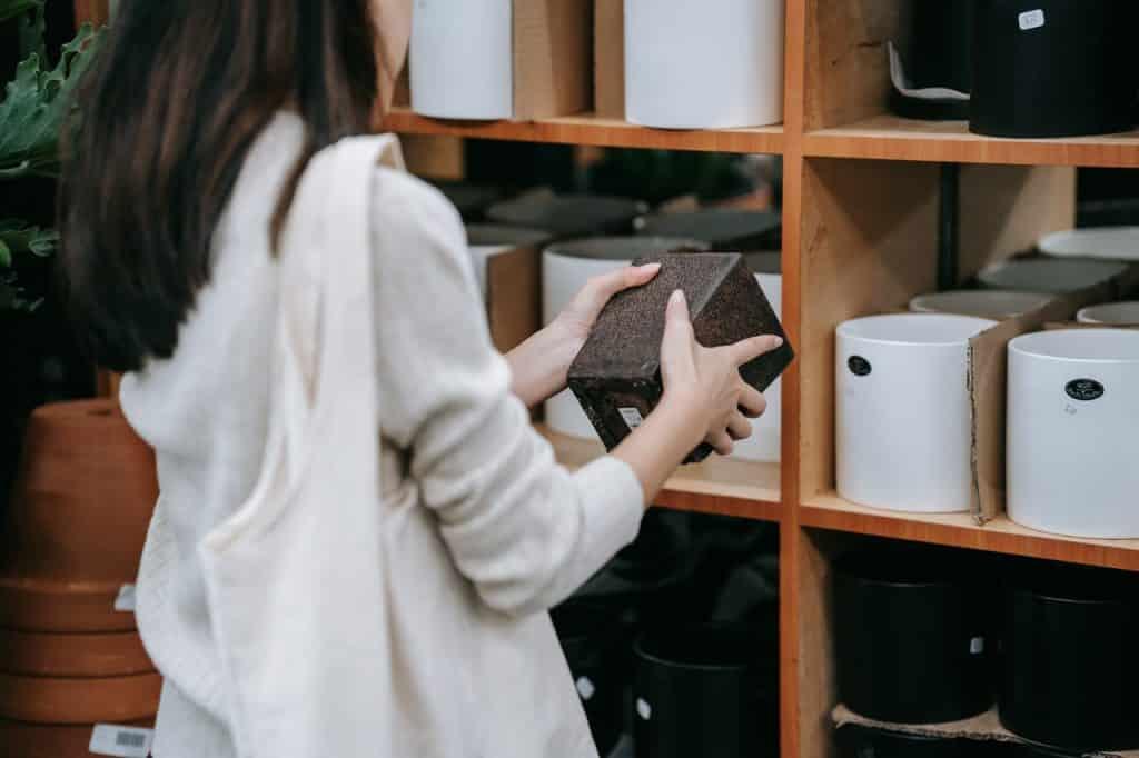 Femme tenant un pot de décoration