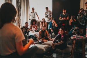 Groupe d'amis faisant une soirée dans une appartement