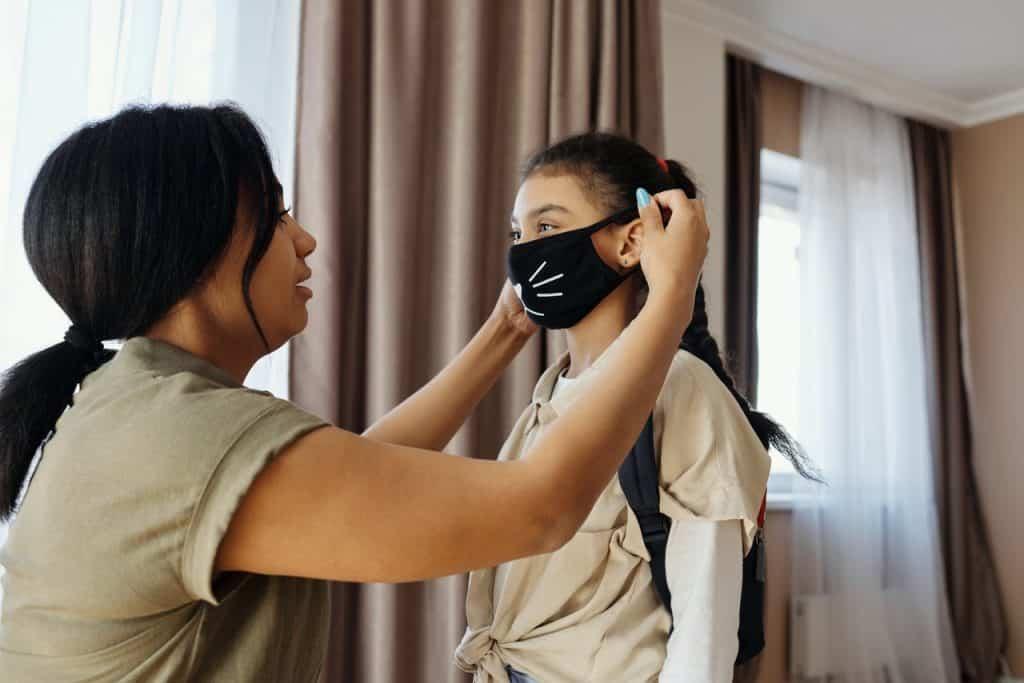 Masque de protection sur une enfant