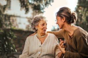 Senior qui discute avec jeune