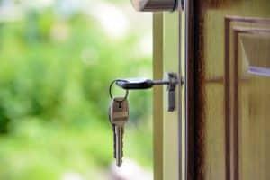 Porte avec une clé dans la serrure